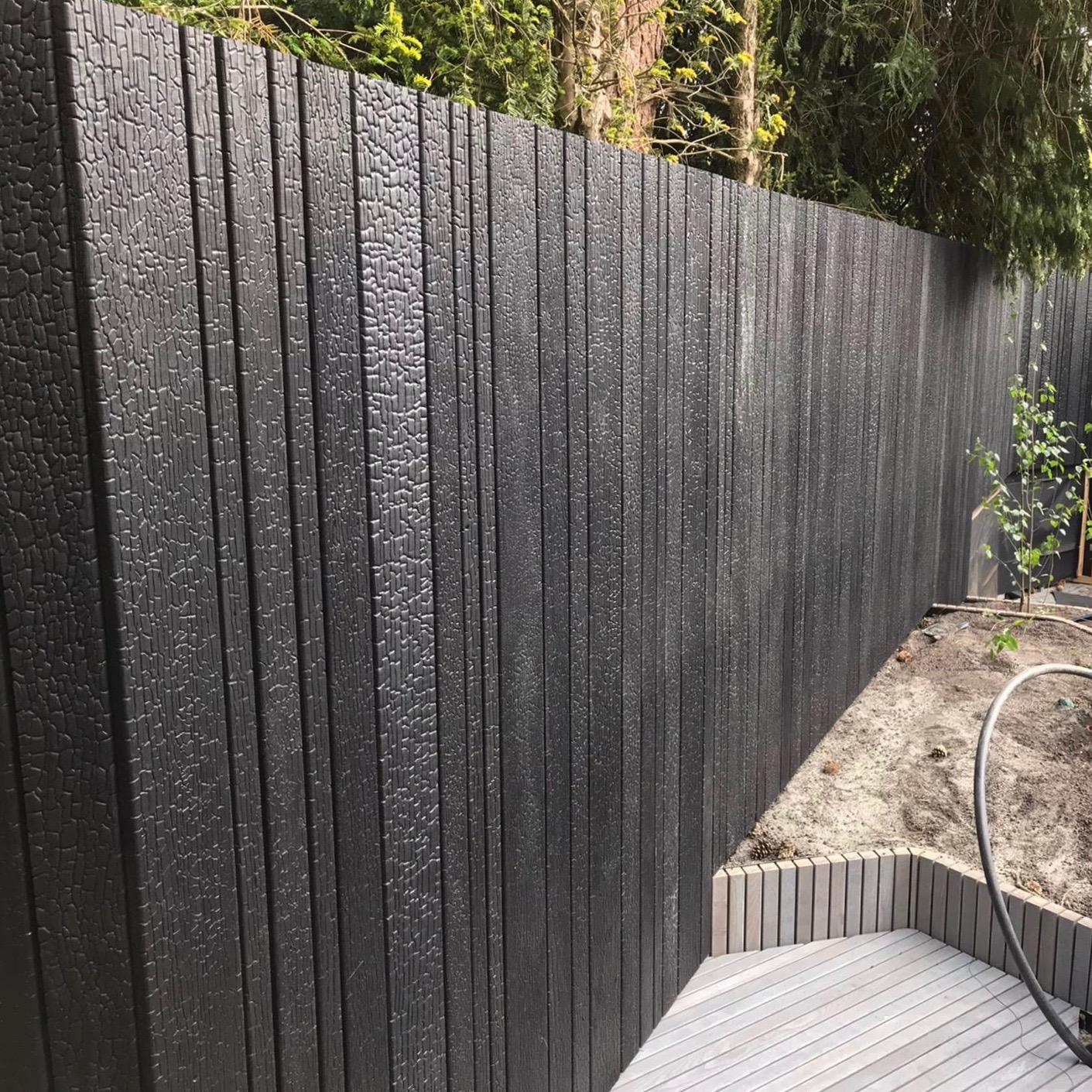 Burned Wood Accoya gefixeerd erfafscheiding open profiel in 4 verschillende breedtes tuin net aangeplant, gecombineerd met houten vlonder golvende vormen