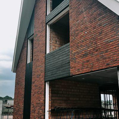 Burned Wood Shou Sugi Ban Accoya Rhombus open gevelbekleding verticaal en horizontaal exterieur combinatie rode baksteen